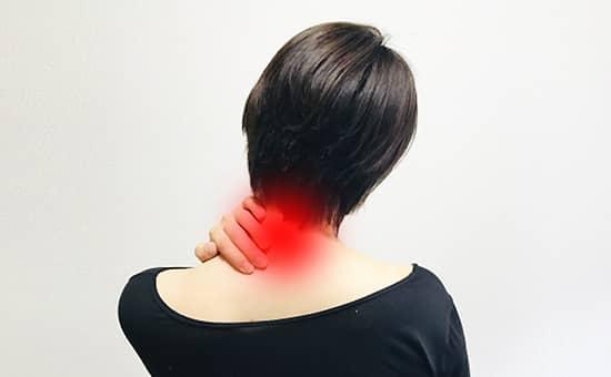 首の痛みとなる原因と症状を紹介します。